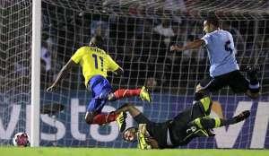 Uruguay-Ecuador-penal-11Sep-2012