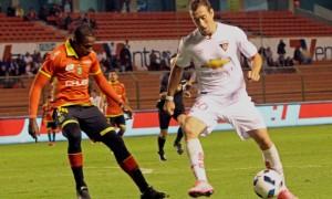 ECUADOR, Quito (2016/04/06). En el estadio Casa Blanca Liga de Quito recibe al Deportivo Cuenca. FOTOS API / JAVIER CAZAR  en la foto Bryan Aleman  (LDU) y  Armando Gomez(CUE)